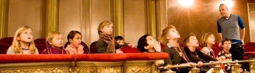 de hort op rondleiding Stadsschouwburg kinderen theater